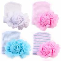 ingrosso berretto da neonati-2017 I più nuovi Neonati Cappelli all'uncinetto con grandi fiori Beanie Cute Baby Girl Chiffon Fiore Knitting Stripe Hedging Caps Cotone 0-6M