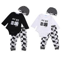bebek kızları siyah şapka toptan satış-Yürüyor bebek Baby Boy Kız Giyim Kıyafet Seti 3 ADET Romper + Uzun Pantolon + Şapka Siyah Beyaz 2 Renkler 0-24 M Toptan Bahar Sonbahar Bebek Suit