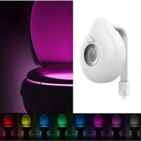 luz nocturna del baño al por mayor-Movimiento WC LED activado luz de la noche cuenco de baño LED 8 colores de la lámpara de las luces sensor Live inteligente se adapta a cualquier WC