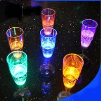 blinkende trinkbecher großhandel-LED Halloween Weihnachten Bunte LED Licht Blinkende Tasse Bierkrug Getränk Tasse Champagner Kunststoff Induktive Farbe Tasse Becher Party Hochzeit