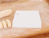 cuchillo raspador para hornear al por mayor-Trapezoidal de calidad alimentaria de plástico raspador bricolaje cuchillo de mantequilla pastel de plástico pasta cortador de pasteles cocina hornear herramientas envío gratis