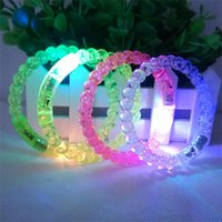 ingrosso braccialetti principali lampeggianti acrilici-Braccialetto acrilico LED Flash Brillante bagliore di luce mano anello bastoni luminoso pendenza in cristallo colorato braccialetto Stunning Dance Party regalo di Natale