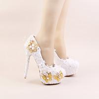 talons dorés fleurs achat en gros de-2017 Couleur Blanc Chaussures élégantes Belle Dentelle Fleur Mariage Talons hauts Or Papillons Stiletto Imitation Pearl Party Prom