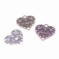 metal filigree toptan satış-Min sipariş 20 adet 28 * 29mm Hollow Telkari Kalp Charms Üç renk Vintage Metal Çinko Alaşım Trendy Kalp Kolye Takı için D0994-1