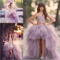 geschwollene kinder kleiden großhandel-Lavendel High Low Mädchen Festzug Kleider Spitze Applique Ärmellose Blumenmädchenkleider Für Hochzeit Lila Tüll Puffy Kinder Kommunion Kleid