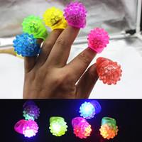 antorchas de dedo led al por mayor-HOT LED Anillo de dedo Fresa Resplandor Luz Anillo Antorcha Luces Vigas de luz Luz Fiesta de Halloween Juguetes LED de boda