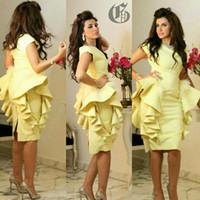 ingrosso vestito di promenade giallo a ginocchio-Abiti da sera di lunghezza del ginocchio 2017 Giallo Arabia Arabesco peplo piuma Ruffle abbellimento Gowns elegante Prom