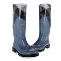stivali da pioggia impermeabili scarpe impermeabili donne europee di marca  di lusso stivali da pioggia rainboots stivali da pioggia donna stivali da  pioggia 0d4543b5d6f