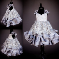 Gorgeous 2017 Flower Girls Dresses V Neck Lace Appliques Bead Rhinestone Girls Pageant Vestidos Pavimento Comprimento Custom Made Flower Girl Dress