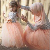 tül elbisesi hijab toptan satış-2017 zarif pembe tül pullu a line anne ve kızı dress tam kollu müslüman örgün akşam balo dress başörtüsü dahil