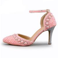 mujeres sandalias blancas pedreria al por mayor-Sandalias de verano de las mujeres del dedo del pie acentuado zapatos del banquete de boda de la perla del Rhinestone Magníficos zapatos de novia con las correas del tobillo blanco rojo y rosa