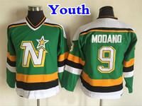 футбольные бутсы оптовых-Молодежь Миннесота северные звезды старинные 9 Майк Модано хоккейные майки дети старинные СКК Даллас звезды Майк Модано сшитые Джерси зеленый дешевые
