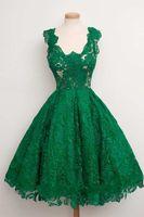 zümrüt yeşil çizgi toptan satış-2018 Zümrüt Yeşil Cap Sleeve Scoop Boyun A-line Diz Boyu Dantel Mezuniyet Elbiseleri Resmi Kısa Balo Parti Törenlerinde
