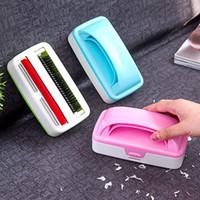 ingrosso coperte di spazzole-Maneggiare il letto elettrostatico Spazzola per la polvere Coperta di plastica Spazzola per la pulizia delle doppie ruote Pulitore per moquette 3 colori