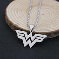 cómics de acero al por mayor-Wonder Woman Necklace Series de Películas DC Comics Superhero W Logo Colgantes de Acero Inoxidable