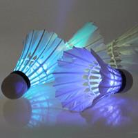 bola de la noche que brilla intensamente al por mayor-4 Unids LED Colorido Bádminton Volante Bola Feather Glow en Noche Entretenimiento Al Aire Libre Accesorios Deportivos Envío Gratis