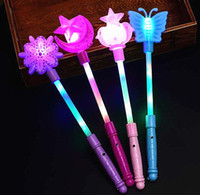 Flashing Light Up Palos Magic LED Varitas Batons DJ Fairytale Princesa Traje Fantasía Vestido LED Glow Star Corona Buttery Moon Wand niños juguete