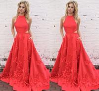 vestido de pétalos hechos a mano al por mayor-Coral Red Backless Vestidos de baile 2017 Encantador Cuello alto Lados recortados Pétalos hechos a mano Vestidos de Fiesta Vestidos de graduación