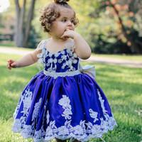 bebek mavi dantel gelinlik toptan satış-Şirin Royal Blue Bebek Bebek Örgün Elbiseleri 2017 Dantel Aplikler Spagetti Çocuklara Düğün için Big Bow Çiçek Kız Elbise ile İlk İletişimi Giydirme