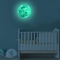 habitación de luz de luna al por mayor-Pegatinas luminosas 3D Estéreo Luna Super brillante que brilla intensamente Etiqueta de la pared para la habitación del niño Fluorescencia a prueba de agua Calcomanía de luz 12lf F R