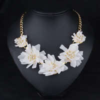 Wholesale Europe and the United States exaggerated jewelry new high quality white flowers decorative collar short necklace accessories necklace