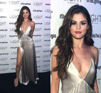 ingrosso abiti sexy di selena gomez-Sexy Selena Gomez Red Carpet Abiti celebrità Profondo scollo a V Spalline con spacco laterale Argento satinato Economici Prom Abiti da sera 2017