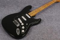 venta de guitarras de fábrica al por mayor-Venta caliente de la tienda de fábrica, diapasón de arce negro, guitarra eléctrica David Gilmour, guitarra negra Stratocaster, envío gratis
