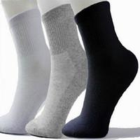 chaussettes achat en gros de-Chaude Hommes Athlétique Chaussettes Sport Basketball Longues Coton Chaussettes Mâle Printemps Été Courir Cool Soild Mesh Socks Pour Tous Taille livraison gratuite