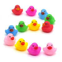 Vente en gros - 1pcs / mini Couleur New Born Babies Swiming Bath Floating Latex Children Squeeze-sounding Dabbling Ducks Classic Toys 3.5cm * 3.5cm