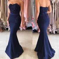 ingrosso pulsanti di raso blu-Elegante Prom Dresses 2019 senza spalline Retro sirena Royal Blue Satin senza maniche abito da damigella d'onore abito da sera lunghi economici