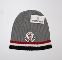 kablo örme kışlık şapka toptan satış-Unisex Trendy Şapkalar Kış Örme Kürk Poms Beanie Etiket Fedora Lüks Kablo Hımbıl Kafatası Kapaklar Moda Eğlence Beanie Açık Şapkalar