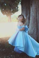ingrosso raso del vestito di compleanno della neonata-2018 Baby Blue Lovely Little Girls Abiti da spettacolo Off spalla Hi-Lo Fiocco di raso nodo fiore vestito dalla ragazza per la festa di compleanno abiti su misura