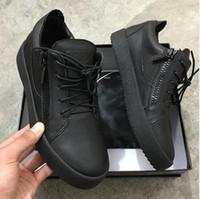 ingrosso scarpe da ginnastica europee-(con scatola) Scarpe di marca europea per uomo / donna scarpe da ginnastica nere con pannelli in pelle e scamosciato, cerniere laterali e suole in gomma griffate