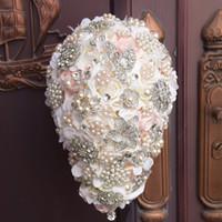bewässerte rose blume großhandel-2019 Luxus Hochzeit Brautsträuße Wassertropfen Blumen Peals Crystal Strass 3D Rose Braut Holding Brosche Engagement Hochzeitsblumen