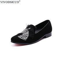 mocasines de vestir de cuero para hombres al por mayor-VIVODSICCO Diseñador británico Zebra Men Mocasines de cuero de gamuza Fondo rojo Hombres Zapatos de vestir Zapatos de boda Zapatillas de talla grande