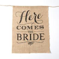 bannière de la mariée achat en gros de-Toile de jute rustique VOICI LA MARIÉE Shabby Chic Mariage Hesse Signe Mariage Fleur Fille Signe Mariée Douche Bunting Bannière Drapeaux