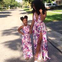 bebek kıyafeti kıyafeti toptan satış-Anne Kızı Elbiseler Aile Eşleştirme Kıyafetler Çiçek Baskı V Yaka Bebek Kız Ve Anne Giyim Anne Ve Bana Plaj Sundress
