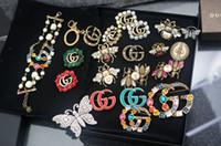 ingrosso scatole di spilla di gioielli-Top Quality Celebrity Design Lettera Pearl Diamond Spilla Decorazioni Moda metallo lettera ape gioielli spilla con scatola