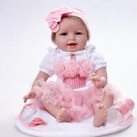 998212a5f Lifelike Princesa Menina Recém-nascidos Boneca 22 Polegada Realista  Silicone Real Toque Bebês Recém-nascidos Brinquedo Com Roupas de  Aniversário Dos Miúdos ...