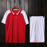 cor uniforme vermelho venda por atacado-2017 18 top superior vermelho branco cor diy homens conjuntos de futebol de shorts de futebol jersey masculino respirável buracos gola de futebol kit de uniformes