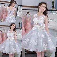 61d4c81cb0b92 Nane Scoop Boyun Kolsuz Mezuniyet Elbiseleri Kısa Beyaz Aplikler Ile A-Line  Balo Abiye. Sınıf Parti