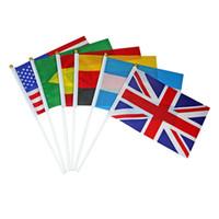 bandeiras de países do campeonato mundial venda por atacado-Surwish 32 pcs 2018 Copa Do Mundo de Mão Bandeiras Com Pólos 32 Países Mão Segurar Bandeiras Nacionais Decorações Do Partido