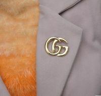 cazibe eşarpları toptan satış-2018 Charm Mektuplar Tasarım Broş Shinging Kristal Rhienstone Korsaj Yaka Pimleri Kadın Suit Eşarp Elbise Aksesuarları Broş Takı Hediye