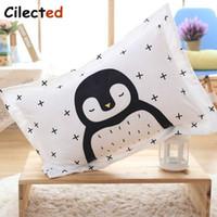 lindo blanco negro ropa de cama al por mayor-Cilected Cute Penguin felpa funda de almohada ropa de cama para niños dormir negro blanco funda de almohada dormitorio Kids rectángulo 63 * 53 cm