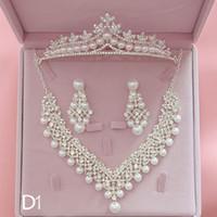 ingrosso collana di cristallo dei monili fatti a mano della perla-Bridal Necklace Earrings Tiara Jewrelery Set Sprkling Rhinestone Crystal Pearl Handmade Wedding Jewelry Set Donna che divide i regali