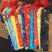 vela rosa de la boda de la bola al por mayor-Única bolsa de ventilador de la mano de borla 7 pulgadas 10 pulgadas de seda brocado Floral cubierta del ventilador plegable cubierta de embalaje de estilo chino 20 unids / lote color de la mezcla