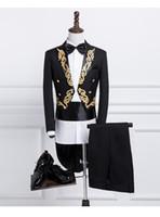 ingrosso tuxedo nero bianco oro-Nuovo maschio oro argento ricamo bavero coda cappotto fase cantante sposo nero bianco smoking da sposa per uomo costume homme