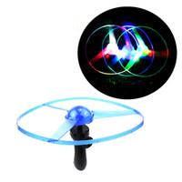 juguetes de cuerda niños al por mayor-Cadena de tiro Colorido LED iluminado Flying Frisbee UFO Saucer Disco mano tire volante Novedad Niños volando juguetes para niños Regalos de Navidad