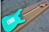 guitarras zurdas de calidad al por mayor-Fábrica al por mayor de calidad superior barato GYST-1063 mano izquierda color verde claro placa blanca diapasón de arce ST Guitarra Eléctrica, envío gratis