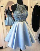 buz mavisi saten elbisesi toptan satış-Mavi Saten Sheer Boyun Kısa Mezuniyet Elbiseleri Boncuk Kristaller Örgün Parti Törenlerinde Aç Geri. Sınıf kızın Kokteyl Elbise Küçük Balo Abiye